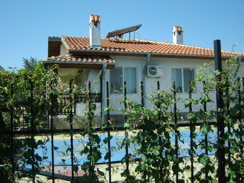 Einstöckiges Haus zum Verkauf in Bulgarien-Marinka-Dorf 4km von Meer mit Schwimmbad